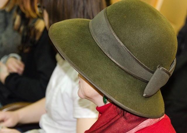 Чистка цветных шляп