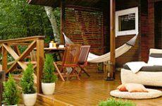 Какая деревянная мебель подходит для сада